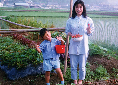 写真、苺畑息子と一緒に